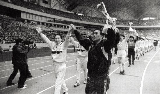 1990년 10월 11일 북한 평양 능라도 5·1경기장에서 열린 남북통일축구대회 1차전에 나서는 박종환 당시 대한민국팀 감독(앞줄 왼쪽)과 한국 선수들. [동아DB]