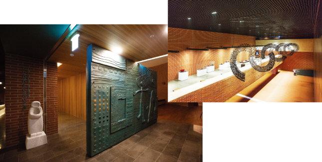 '성 정하상 기념경당(소성당)'의 출입문. 청동문을 쉽게 열고 닫을 수 있는 회전문으로 제작했다(왼쪽). 박물관 지하 2층 기획전시공간. [지호영 기자, 김도균]