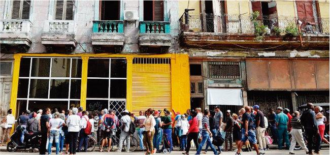 식료품을 배급받기 위해 길게 줄을 서 있는 쿠바 국민들. [cubanreporer.net]