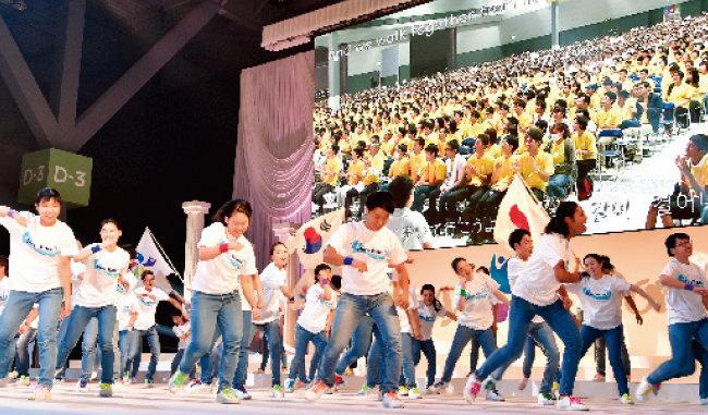 청년들이 태극기와 일장기를 휘날리며 한일 평화 기원 퍼포먼스를 하고 있다. [사진 제공 · 가정연합]