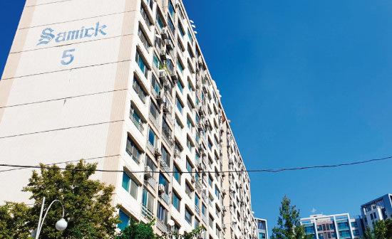 조국 법무부 장관이 49평형 한 가구를 소유하고 있는 서울 서초구 방배동 삼익아파트. [강지남 기자]