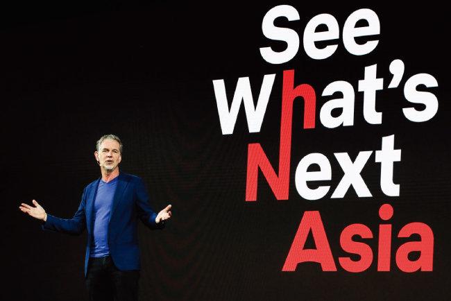 지난해 11월 리드 헤이스팅스 넷플릭스 최고경영자(CEO)가 싱가포르에서 열린 아시아 콘텐츠 라인업 발표회에서 신작을 소개하고 있다. [동아DB]