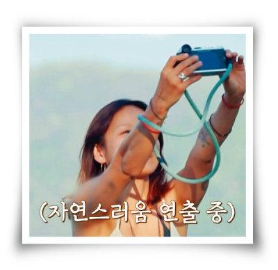 '캠핑클럽'에서 라이카 카메라로  사진을 찍는 이효리. ['캠핑클럽' 화면 캡처]