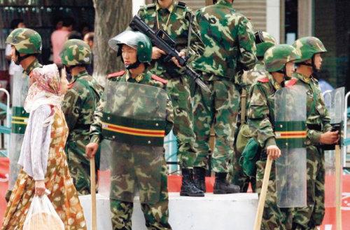 중국 무장경찰이 신장웨이우얼자치구 구도인 우루무치에서 위구르족들을 감시하고 있다. [UAA.]