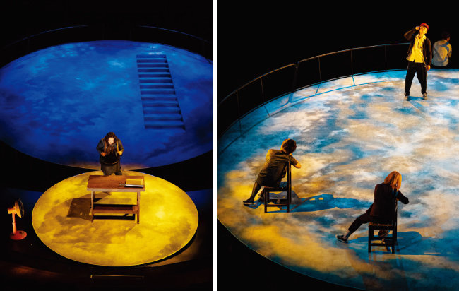 연극 '그믐…'의 장면들. 경사진 무대 위에 형상회된 2개의 천체 위에서 독특한 몸짓으로 연기를 펼친다. [사진 제공 · 이강물]