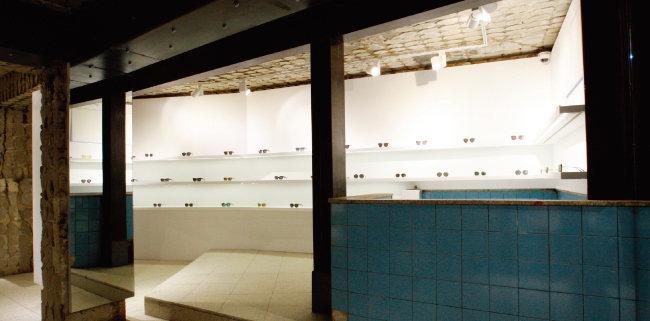 목욕탕 공간과 전시된 안경의 조화가 멋스러운 '젠틀몬스터' 쇼룸. [사진 제공 · 젠틀몬스터]