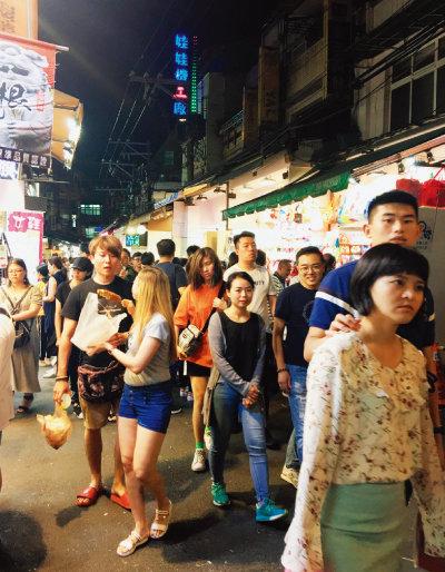 대만 타이베이의 명물인 야시장의 모습. 젊은이들이 눈에 많이 띈다. 홍콩 사태를 보고 남의 일이 아니라고 느끼는 이들은 반중 노선을 걷고 있는 차이잉원 총통에게 압도적 지지를 보내고 있다. [허문명 기자]