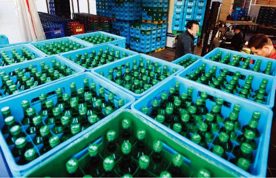 공장에서 출고를 기다리는 하이트진로의 '참이슬'. 참이슬 병은 2010년부터 전국 소주 제품의 공용병으로 활용되기 시작했다. [동아일보]