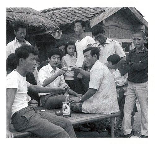 그냥 지나칠 수 없어 마을사람들이 한 잔 두 잔 권하는 술을 모두 받아 마시다가 만취하기 일쑤였다. 누군가가 필자의 사진기로 1972년 가을에 촬영. 뒤편의 기와집은 1930년대 농촌진흥운동 당시에 세워진 공회당. [사진 제공 · 일조각]