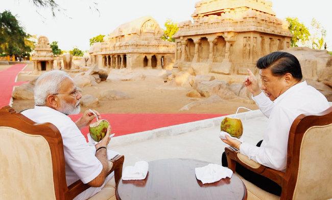 나렌드라 모디 인도 총리(왼쪽)와 시진핑 중국 국가주석이 마말라푸람의 힌두교 사원들을 보며 담소를 나누고 있다. [나렌드라 모디 트위터]