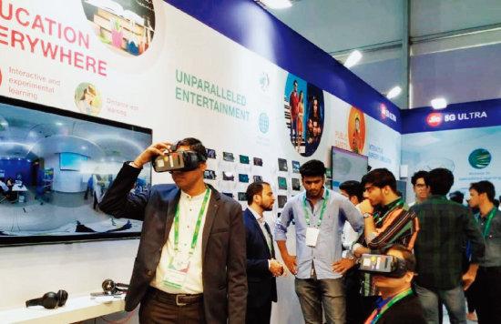 삼성전자와 릴라이언스 지오가 인도 뉴델리에서 열린 '인도 모바일 콩그레스(IMC) 2019'에서 5G 서비스를 시연하고 있다. [힌두스탄타임스]