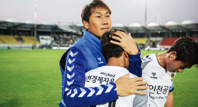 유상철 인천유나이티드 감독(왼쪽)이 10월 19일 성남FC와의 경기가 끝난 뒤 문창진을 끌어안고 있다. [한국프로축구연맹]