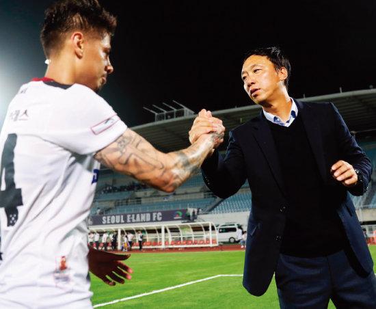 K리그1 직행을 노리는 박진섭 광주FC 감독(오른쪽)과 윌리안. [한국프로축구연맹]
