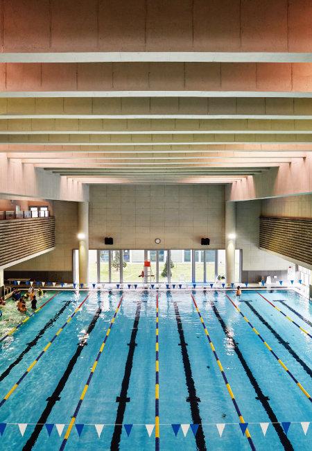 7m 높이의 수영장. 천정의 야외채광창으로 들어오는 직사광선의 일부를 콘크리트 루버가 차단해준다.