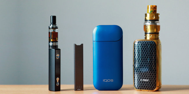 다양한 형태의 전자담배. 구형 액상형 전자담배(맨 왼쪽과 맨 오른쪽)와 CSV 액상형 전자담배 '쥴'(왼쪽에서 두 번째), 궐련형 전자담배 '아이코스'. [동아DB]