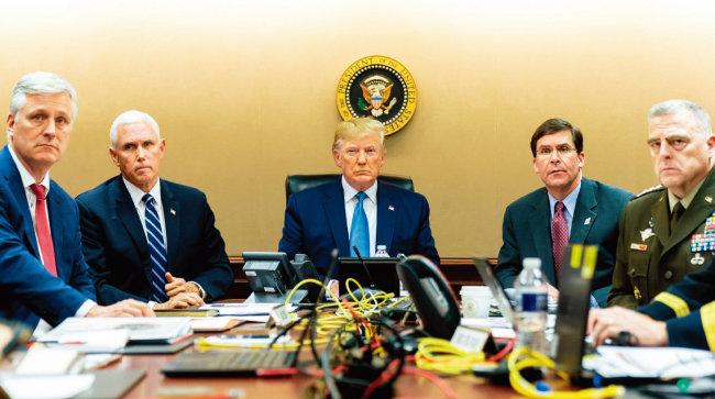 트럼프 대통령(가운데)이 백악관 상황실에서 미 특수부대의 이슬람 수니파 극단주의 무장단체 이슬람국가(IS) 수뇌 제거 작전을 지켜보고 있다. [백악관]