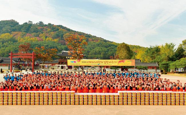 국제위러브유운동본부가 11월 6일 경기 수원시 화성행궁 광장에서 '제16회 어머니 사랑의 김장 나누기' 행사를 개최했다. 이날 담근 김치 8000kg은 복지 소외 가정 800세대에 전달됐다. [사진 제공 · 국제위러브유운동본부]