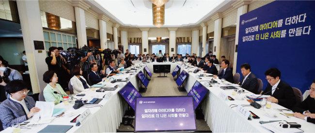 9월 3일 서울 중구 한국프레스센터에서 이목희(오른쪽에서 네 번째) 부위원장 주재로 열린 제12차 일자리위원회. [뉴시스]