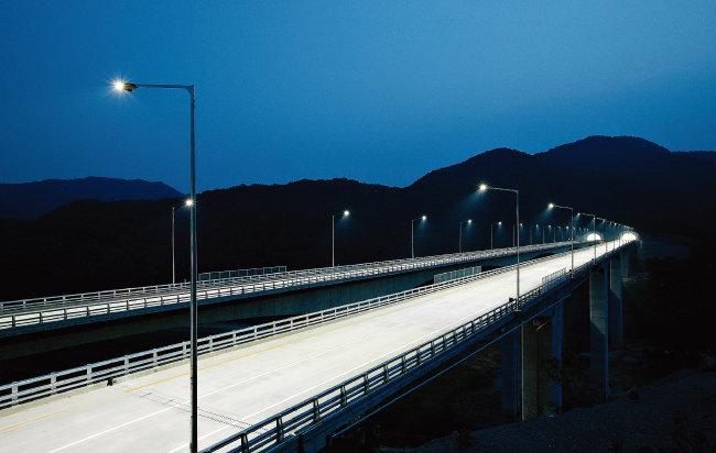 LED 가로등을 설치한 고속도로. [사진 제공 ·한국 도로공사]