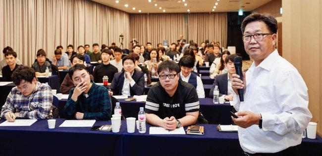 존 리 메리츠자산운용 대표가 강의하는 모습. [홍중식 기자]