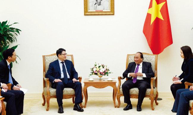 조현준 효성 회장(왼쪽)과 응우옌 쑤언 푹 베트남 총리가 만난 모습. [사진 제공 · 효성]