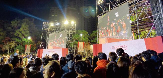 11월 8일 강원 강릉아트센터에서 열린 제1회 강릉국제영화제 개막식에서 많은 관객이 레드카펫 주위를 둘러싸고 있다. [안지현]