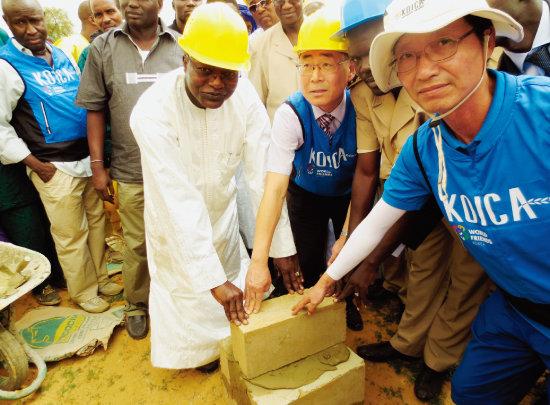 2013년 7월 세네갈 생루이주 벨리 나마리에서 열린 식수개발사업 착공식에서 우마르 귀예 세네갈 수자원장관(가운데)이 기초석을 놓고 있다. [사진 제공 · 코이카]