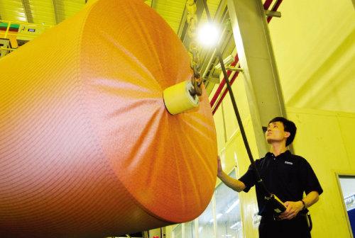 효성 베트남 공장에서 품질 관리를 맡은 한 직원이 제품을 확인하고 있다. [사진 제공 · 효성]