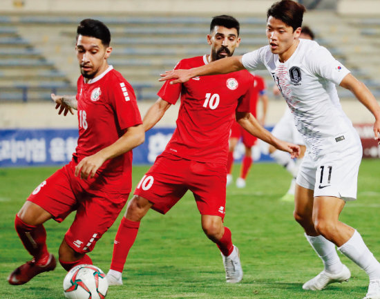 11월 14일 레바논 베이루트 카밀 샤문 스포츠시티 스타디움에서 열린 2022 카타르월드컵 아시아지역 2차 예선 H조 4차전 대한민국과 레바논의 경기에서 황희찬(오른쪽)이 돌파하고 있다. [뉴시스]