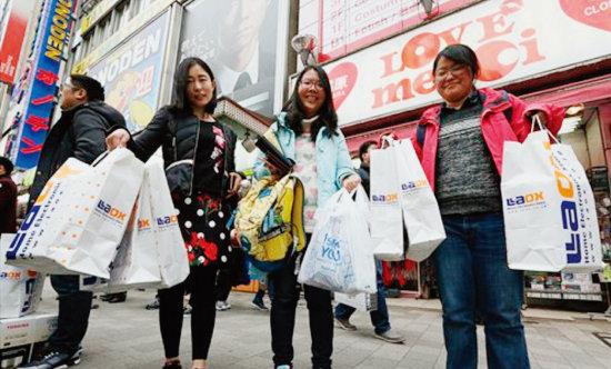 일본 도쿄 한 상점에서 쇼핑하고 나온 중국인 관광객들. [글로벌타임스]