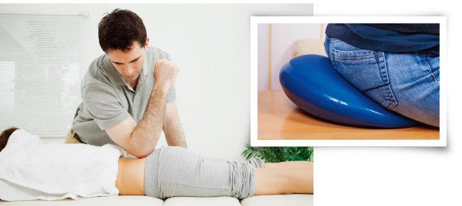 꼬리뼈를 만져 분명한 통증 위치를 확인한 뒤 팔꿈치로 누른다(왼쪽). 꼬리뼈 통증이 생기면 자극을 줄이고자 앉을 때 도넛 모양의 방석을 사용한다. [GettyImages]