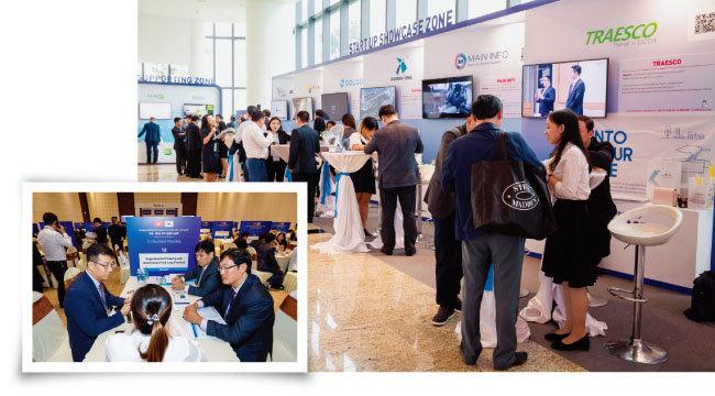 스타트업 쇼케이스관에서 비즈니스 미팅을 하고 있는  한-베트남 기업인들(오른쪽). 베트남 빈롱성 투자 제도 및 인센티브와 관련해 베트남 지방정부 관계자와 우리 기업이 상담하는 모습. [사진 제공 · 코트라]