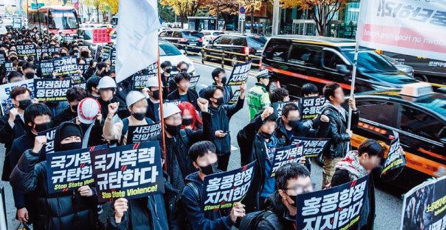 11월 23일 서울 중구 을지로에서 '홍콩의 민주주의를 위한 대학생·청년 긴급행동' 집회에 나선 대학생들이 가두행진을 하고 있다. [사진 제공 · 홍콩의 진실을 알리는 학생모임]