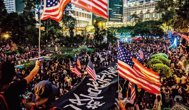 홍콩 시위대가 미국 성조기를 들고 대규모 시위를 벌이고 있다. [HKFP]