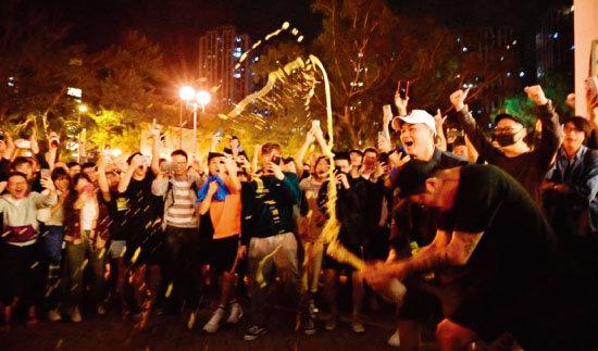 구의원 선거에서 범민주 진영이 압승하자 홍콩 시민들이 환호하고 있다. [HKFP]