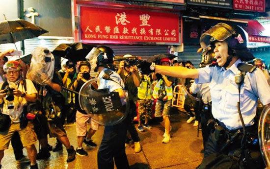 홍콩 경찰이 시위대에 권총을 겨누고 있다. [Apple Daily]