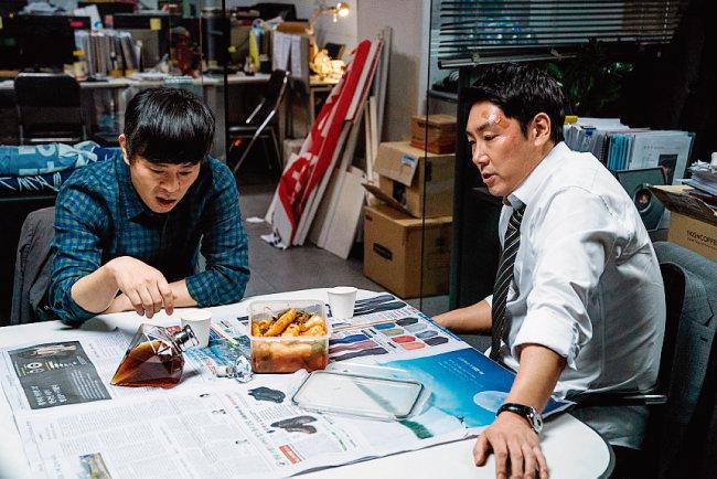 영화 '블랙머니'에서 양민혁 검사(오른쪽·조진웅 분)가 변호사 선배와 함께 3억 원짜리 위스키를 마시고 있다. [사진 제공 · 에이스메이커무비웍스]
