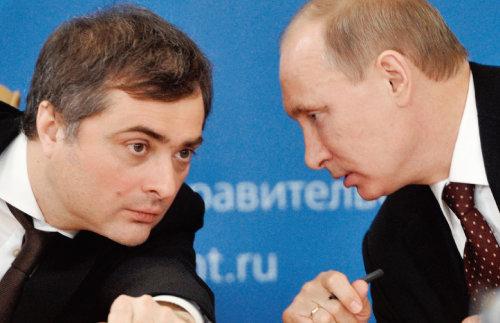 블라디슬라프 수르코프(왼쪽)와 블라디미르 푸틴 러시아 대통령. [AP=뉴시스]