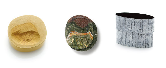 (왼족부터)고희승, '여러 개의 웅덩이', 2019, 목련나무, 은, 래커 페인팅, 80×80×25mm. | 김수연, '잘츠부르크 작은 정원', 오스트리아, 2019, 사진용지, 에폭시 레진, 혼합 재료, 정은, 100×125×15mm. | 홍지희, '담장 안에', 2019, 정은, 아크릴 페인트, 90×40×65mm.