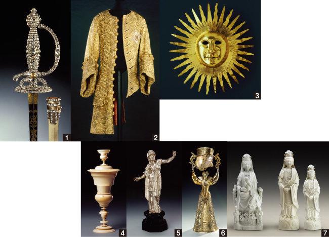 1 로즈컷 다이아몬드 장식 세트 중 작은 검과 칼집, 1782~1789년경, 그뤼네 게뵐베 박물관. 2 강건왕 아우구스트의 군복, 1700년경, 무기박물관. 3 강건왕 아우구스트의 생김새를 본뜬 태양 가면, 1709년, 무기박물관. 4 타원형의 뚜껑이 있는 잔, 1587년, 그뤼네 게뵐베 박물관. 5 아테나, 1650년경, 그뤼네 게뵐베 박물관. 6 여성 형상의 술잔, 1603~1608년경, 그뤼네 게뵐베 박물관. 7 두 점의 중국 관음상과  마이센 복제품(오른쪽), 17세기 후반, 1675~1720년경.  1713~1720년경, 도자기박물관.