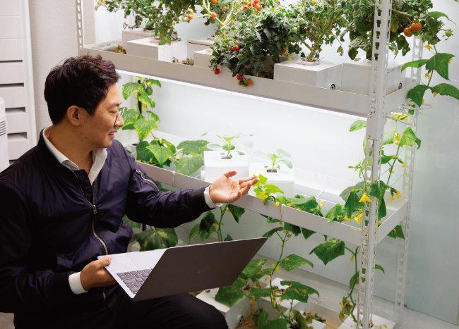 김혜연 엔씽 대표가 수경재배 키트에 대해 설명하고 있다. [박해윤 기자]