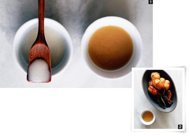 1 희고 뽀얀 누룩소금(왼쪽)과 살구색을 띠는 누룩젓갈. 2 누룩젓갈은 김치를 담글 때 사용할 수 있다. [사진 제공·김민경]
