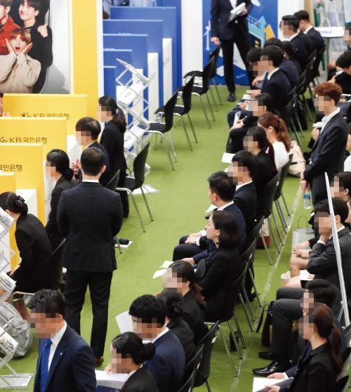 8월 27일 서울 중구 동대문디자인플라자(DDP)에서 열린 금융권 공동 채용 박람회에서 취업 준비생들이 모의 면접을 보기 위해 대기하고 있다. [원대연 동아일보 기자]