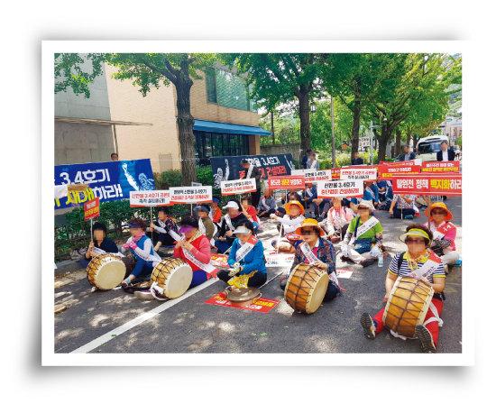 지난해 9월 5일 서울 종로구 청와대 인근에서 한울원자력발전소 신한울 3·4호기 건설 재개를 요구하는 울진군민들이 시위를 벌이고 있다. [뉴시스]