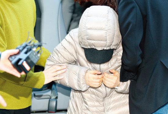 14개월 된 영아를 학대하는 등 아동복지법 위반 혐의를 받는 김모 씨가 4월 8일 오전 서울 양천구 서울남부지방법원에서 열리는 영장실질심사에 출석하고 있다. [뉴스1]