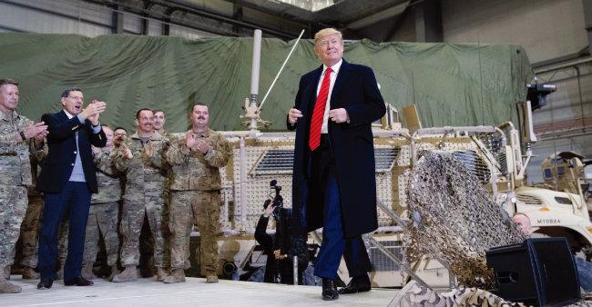 11월 28일(현지시각) 미국 최대 명절인 추수감사절을 맞아 아프가니스탄 미군기지를 방문한 도널드 트럼프 미국 대통령이 바그람 공군기지에 마련된 연설 무대로 걸어 들어가고 있다. [바그람=AP 뉴시스]