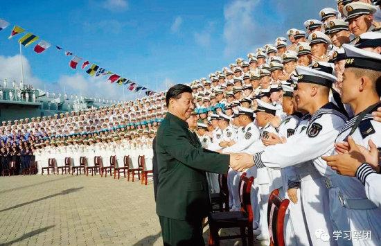시진핑 중국 국가주석이 12월 17일 산둥함 취역식에 참석해 장병들과 악수하고 있다. 시 주석은 이날 직접 산둥함에 올라 의장대를 사열하고 인민해방군기를 함장에게 수여했다. [중국 국방부 홈페이지]