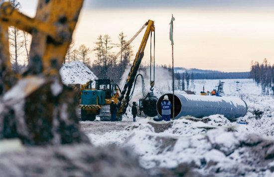 러시아 기술자들이 엄동설한에도 '시베리아의 힘(POS)-1' 천연가스 파이프라인 공사를 하고 있다. [Gazprom]