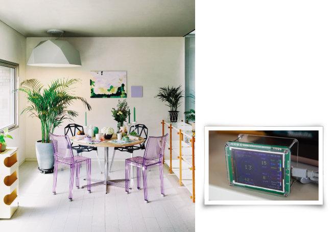 식물은 공간을 건강하고 싱싱하게 살린다(왼쪽). 집 안에 미세먼지 측정기를 두고 수시로 확인한다. [사진 제공 · 정재경, 지호영 기자]