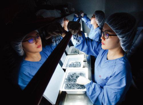 SK바이오사이언스의 한 연구원이 세포배양 독감백신을 검수하고 있다. [사진 제공 · SK바이오사이언스]